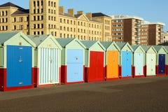 Setzen Sie Hütten an einem sonnigen Tag in Brighton Sussex auf den Strand Stockfotos