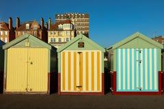Setzen Sie Hütten an einem sonnigen Tag in Brighton Sussex auf den Strand Stockbilder
