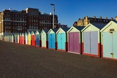 Setzen Sie Hütten an einem sonnigen Tag in Brighton Sussex auf den Strand Lizenzfreies Stockbild
