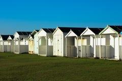 Setzen Sie Hütten an einem sonnigen Tag in Sussex auf den Strand Lizenzfreies Stockfoto