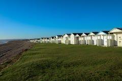 Setzen Sie Hütten an einem sonnigen Tag in Sussex auf den Strand Lizenzfreies Stockbild