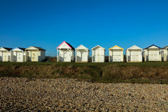 Setzen Sie Hütten an einem sonnigen Tag in Sussex auf den Strand Lizenzfreie Stockfotografie