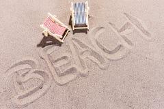 Setzen Sie Hintergrund, den Wortstrand auf den strand, der auf den Strand geschrieben wird Stockfotos