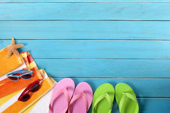 Setzen Sie Hintergrund, Flipflops, Sonnenbrille, Kopienraum auf den Strand Stockfoto