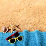Setzen Sie Hintergrundgrenzsonnenbrille, Tuch, Starfishmuschel auf den Strand Stockbilder