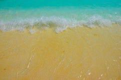 Setzen Sie Hintergrundozean des blauen Wassers der Sandwellen großen auf den Strand stockfotos
