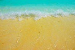 Setzen Sie Hintergrundozean des blauen Wassers der Sandwellen großen auf den Strand lizenzfreie stockfotos