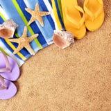 Setzen Sie Hintergrundtuch, Starfish, Formatsand-Kopienraum der Flipflops quadratischer auf den Strand Lizenzfreies Stockfoto