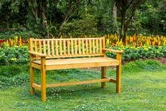 Setzen Sie Holz im Garten auf die Bank, das königliche landwirtschaftliche chian Angkhang Stockfotografie