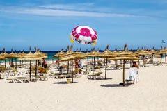 Setzen Sie Hotel Marhaba in Sousse auf dem Mittelmeer auf den Strand Lizenzfreie Stockfotos