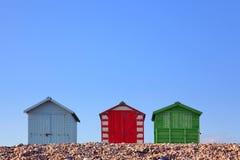 Setzen Sie Hütten und blauen Himmel auf den Strand Lizenzfreie Stockfotografie