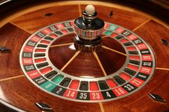Setzen Sie Ihre Wette auf den Roulettekessel stockfoto