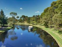 Setzen Sie im Fluss von einer Brückenansicht, Adelaide SA über Stockbild