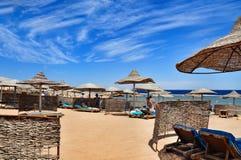 Setzen Sie im Luxushotel, Sharm el Sheikh, Ägypten auf den Strand Lizenzfreies Stockfoto