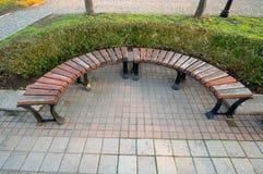 Setzen Sie im Park in der bulgarischen Küstenstadt von Pomorie auf die Bank Lizenzfreie Stockfotografie
