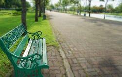 Setzen Sie im Park Suan Luang Rama 9 auf die Bank stockfotos