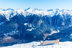 Setzen Sie im Skiort schlechtes Gastein in den schneebedeckten Bergen des Winters, Österreich, Land Salzburg auf die Bank Stockbild