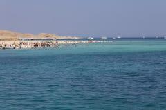 Setzen Sie Insel voll der Touristen + freies blaues Meer auf den Strand stockbilder