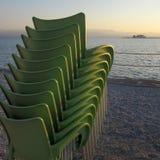 Setzen Sie Jahreszeitschließungs-Hintergrund Öffnung und schließend Schwimmenzeitraum auf den Strand stockbild