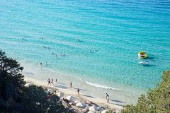 Setzen Sie Küstenlinienschöne Sonne des Luftbrummenleute-Sandes, Kreta Griechenland auf den Strand stockfotografie