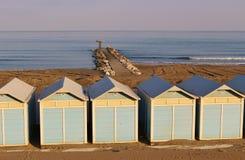 Setzen Sie Kabinen auf dem Lido-Strand in Venedig, Italien auf den Strand Lizenzfreie Stockfotografie