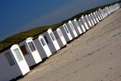 Setzen Sie Kabinen auf den Strand Lizenzfreie Stockfotos