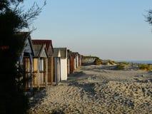 Setzen Sie Kabinen bei West-Wittering in Sussex, England, Großbritannien auf den Strand Stockfoto