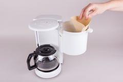 Setzen Sie Kaffeefilter in der Kaffeemaschine ein Lizenzfreies Stockfoto