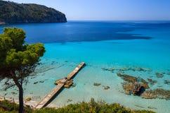 Setzen Sie Kiefertürkisseebucht-Gebirgsbreite Ansicht auf den Strand Stockbilder