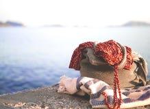 Setzen Sie Kleid durch Meer nahe Kas, Antalya auf den Strand Stockfotografie