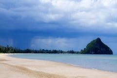 Setzen Sie Knall Boet-Strand, vor dem Regen auf den Strand Stockbilder