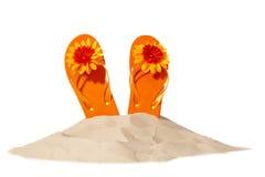 Setzen Sie Konzept mit Flipflops auf einem Stapel des Sandes auf den Strand Stockfotografie