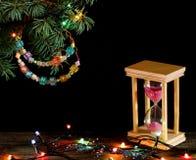 Setzen Sie Konzept Zeit rosa Sandes fest, der in die Sanduhr auf altem Holz fällt Lizenzfreie Stockfotografie