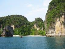 Setzen Sie in Krabi, Thailand auf den Strand. Lizenzfreies Stockbild