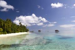 Setzen Sie Landhäuser u. Meerblick auf den Strand Lizenzfreie Stockfotografie