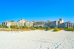 Setzen Sie Landschaft mit Luxushotel, Saadiyat-Insel in vereinigten Aronstäben auf den Strand Stockfoto