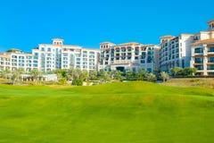 Setzen Sie Landschaft mit Luxushotel, Saadiyat-Insel in vereinigten Aronstäben auf den Strand Lizenzfreies Stockfoto