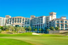Setzen Sie Landschaft mit Luxushotel, Saadiyat-Insel in vereinigten Aronstäben auf den Strand Lizenzfreie Stockbilder