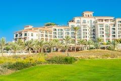 Setzen Sie Landschaft mit Luxushotel, Saadiyat-Insel in vereinigten Aronstäben auf den Strand Stockbild
