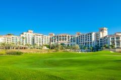 Setzen Sie Landschaft mit Luxushotel, Saadiyat-Insel in vereinigten Aronstäben auf den Strand Stockfotografie