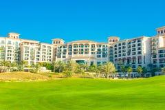 Setzen Sie Landschaft mit Luxushotel, Saadiyat-Insel in vereinigten Aronstäben auf den Strand Lizenzfreie Stockfotos
