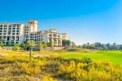 Setzen Sie Landschaft mit Luxushotel, Saadiyat-Insel in vereinigten Aronstäben auf den Strand Stockbilder
