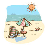 Setzen Sie Landschaft mit Strandsitz und Regenschirmtabelle mit mit dem Sonnenglänzen auf den Strand Lizenzfreie Stockfotos