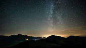Setzen Sie laspe Zeit Milchstraße fest und Sterne über Bergen gestalten landschaftlich stock video
