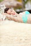 Setzen Sie Lebensstilfrau in der Hängematte auf den Strand Stockfoto