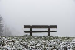 Setzen Sie leeren Sitz in den hölzernen Bäumen Winter und in Nebel 10 auf die Bank Stockbilder