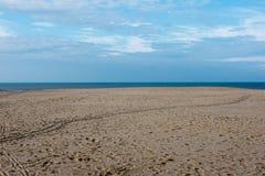 Setzen Sie mit Abdrücken in der Nordsee in Koksijde, Belgien auf den Strand Stockfotografie