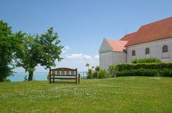 Setzen Sie mit Ansicht zum Balaton See, Ungarn auf die Bank Stockbilder