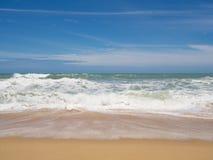 Setzen Sie mit blauem Meer und weißer Wolke im Sandstrand im Sommer auf den Strand Stockfotografie
