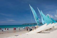Setzen Sie mit Boot auf den Strand Lizenzfreie Stockfotografie